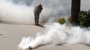 مواطن يرش زوجته واولاده وبناته بـ«مسيل للدموع» في المفرق