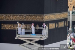 الكعبة المشرفة تلبس حلتها الجديدة فجر عرفة (صور)