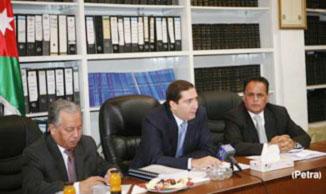 رئيس الوزراء يزور دائرتي الأحوال المدنية والجوازات والأراضي والمساحة