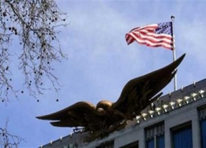 القاء عبوة ناسفة قرب السفارة الامريكية في القاهرة .. واعتقال ملقيها