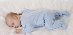متى يمكن للرضيع النوم على بطنه؟