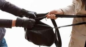 القبض على شخصين ارتكبا 8 قضايا تتعلق بخطف حقائب السيدات في عمان