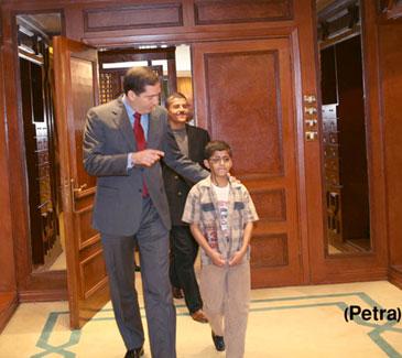 رئيس الوزراء يستقبل الطالب الدويكات في مبنى الرئاسة
