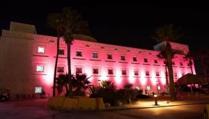 لهذا السبب و لأول مرة !! إضاءة السفارة الأمريكية في عمان باللون الزهري
