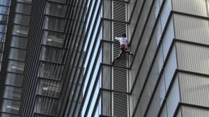 الرجل العنكبوت يتسلق برجا ارتفاعه 230 مترا في لندن والشرطة تعتقله