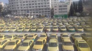 بالفيديو والصور... سائقو التكسي الاصفر يجددون اعتصامهم امام