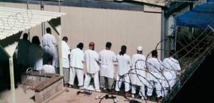 في حادثة طريفة...هروب 113 سجيناً مستغلين وقت الصلاة