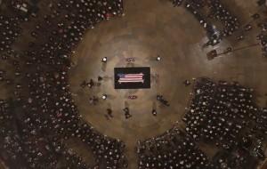 بالصور .. تعرف على الشَّيْء العزيز الذي دفن مع بوش الأب في قبره