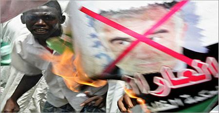 """مذكرة اعتقال البشير جاهزة.. أوكامبو : """"سنقبض عليه حال مغادرته السودان"""""""