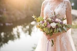 عروس تطرد زوجين من حفل زفافها...السبب غريب!