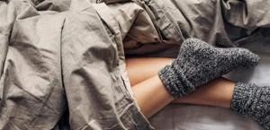 هل ننام بالجوارب أم من دونها؟ .. إليكم ما يقوله العلم