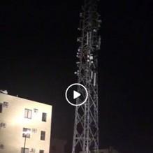 بالفيديو ...شاب يهدد بالانتحار من اعلى برج للاتصالات في اربد ...والامن ينجح بثنيه