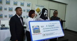الفائز النذل.. شاب يغطى وجهه عند استلام جائزة المليون دولار