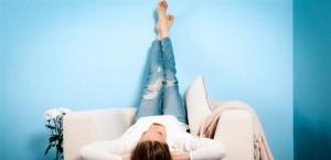 5 فوائد لرفع الساقين على الحائط!