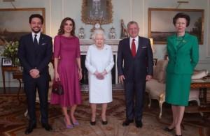 الملكة إليزابيث تستقبل الملك برفقة الملكة و ولي العهد