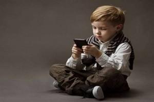 هذا هو السن المناسبة لحصول الأطفال على «هواتف ذكية»