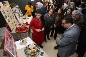 نادي اللغة الإنجليزية بجامعة البترا ينظم معرضًا تعريفيًا عن الثقافات
