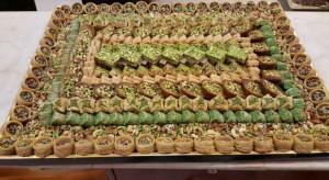الإفتاء توضح حكم توزيع الحلويات في بيوت العزاء واجتماع النساء في بيت الميت