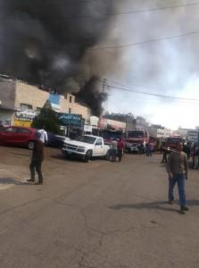 حريق 3 محلات قطع سيارات في اتوستراد الزرقاء