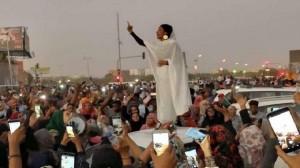 بالفيديو والصور .. أيقونة الثورة السودانية تتزوج جنديا
