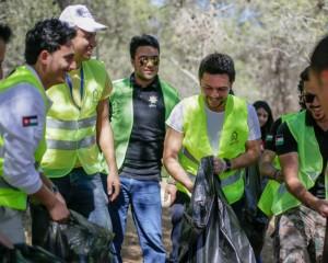 بالصور ... ولي العهد يشارك في الحملة الوطنية للنظافة بغابة حسبان