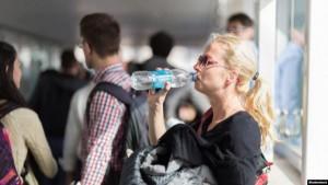 ماذا يحدث عند شرب الماء في عبوات بلاستيكية؟