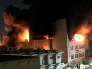 بالصور .. الدفاع المدني يتعامل مع حريق ضخم شبّ بمصنع في ماركا