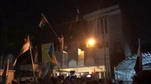 العراق .. متظاهرون يقتحمون السفارة البحرينية