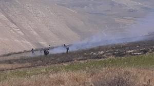 الدفاع المدني بإسناد من القوات المسلحة والأمن يواصل إطفاء حريق كبير بالقرب من سد الوحدة
