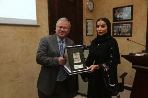المولا يقدم درع جامعة البترا للأميرة ديمة آل سعود تقديرًا لجهودها في محاربة الفقر