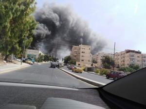 بالفيديو والصور ...اخماد حريق محلات للأثاث داخل احد المجمعات التجارية في عمان