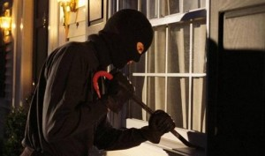 القبض على شخص سلب مبلغ مالي في مادبا ..واخر سرق 12 منزلا في عمان
