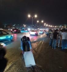 بالصور...اصابة شخصين اثر حادث تدهور مركبة على طريق المطار