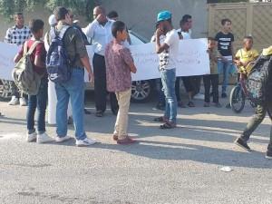 طلبة وأولياء أمور يعتصمون للمطالبة بإنهاء إضراب المعلمين في الاغوار