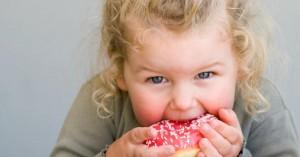 كيف تساعد طفلك على تقليل تناول السكر؟