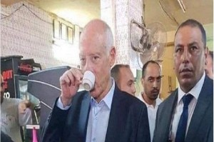 الرئيس التونسي قيس سعيد في مقهى شعبي لاحتساء القهوة