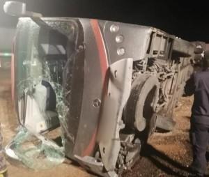 اصابة 11 سائحا المانيا وأردنيين بتدهور حافلة على طريق العقبة (صور)