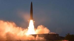 """كوريا الشمالية تختبر بنجاح """"صواريخ خارقة"""" وكيم """"مرتاح"""""""