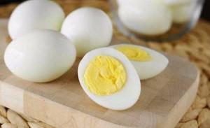 وفاة رجل هندي بعد محاولته تناول 50 بيضة