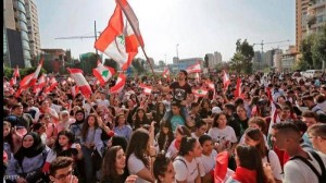 احتجاجات أمام منازل السياسيين في لبنان