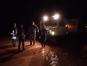 اخلاء 12 شخصا حاصرتهم مياه الأمطار في الرويشد
