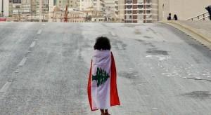 المحتجون يقطعون الطرق الرئيسية في لبنان