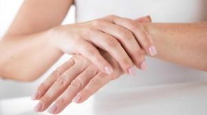ما أسباب ظهور قشور على الجلد؟