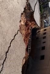 بالفيديو والصور .. انهيار شارع في منطقة طبربور بالعاصمة عمان