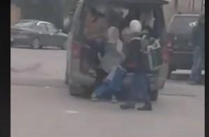 بالفيديو ...ضبط سائق قام بالاستهتار بحياة الطلاب اثناء نقلهم