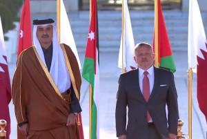 الملك في مقدمة مستقبلي أمير قطر لدى وصوله عمان