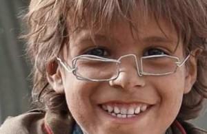نظارة حديدية لطفل يمني تلهم الآلاف...إنها كسوة العيد