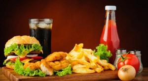 علامات تظهر بالجسم عند الإكثار من الأطعمة المصنعة