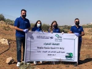 التجاري الأردني والعربية لحماية الطبيعة يزرعان مئات الأشجار المثمرة في مأدبا