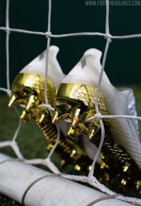 حذاء ذهبي خاص لصلاح - صور
